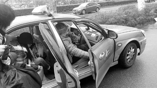 女子带骨灰打车被拒载