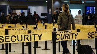 大批入境旅客滞留机场