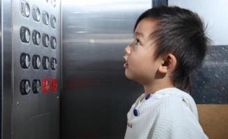 熊孩子乱按电梯惹祸